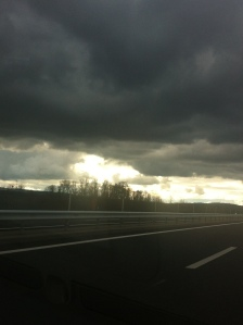 Route et nuages
